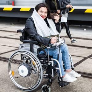 Eine Rollstuhlfahrerin.