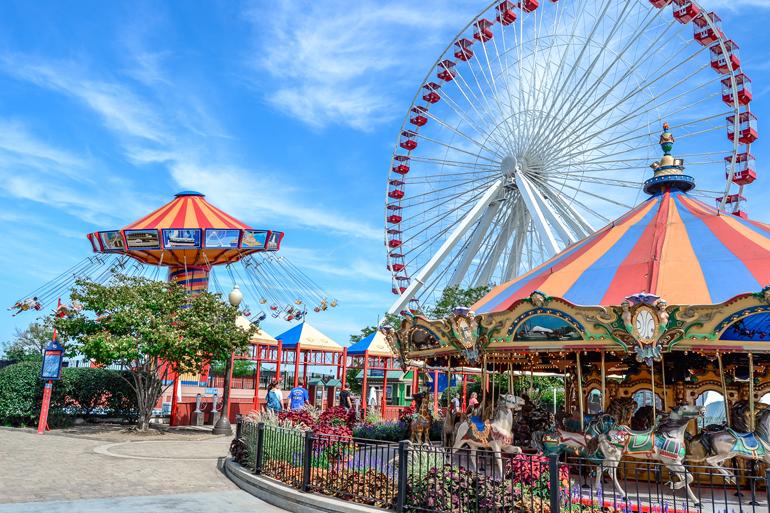 Chicago: Ein Freizeitpark mit einem Karussell und Riesenrad im Hintergrund.