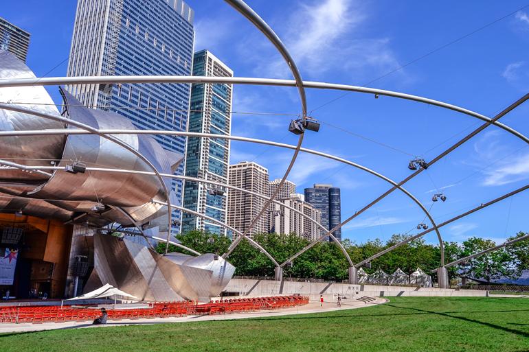 Chicago: Einem Metall Tribüne mit roten Stühlen in einem Park.