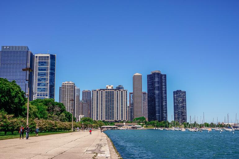 Chicago: Ein Fußweg neben dem Lake Michigan mit der Skyline im Hintergrund.