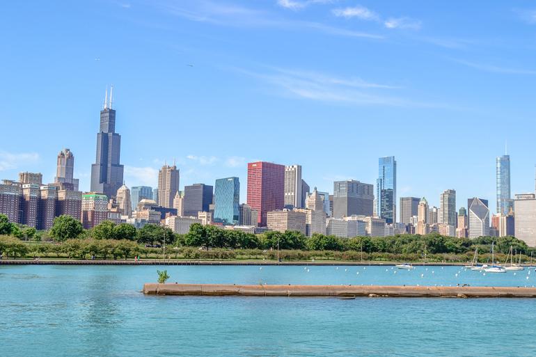 Chicago: Blick auf die Skyline von Chicago mit dem Lake Michigan im Vordergrund.