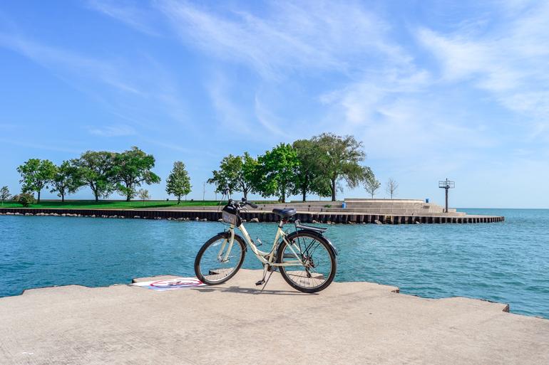 Chicago: Ein Fahrrad mit Wasser im Hintergrund.