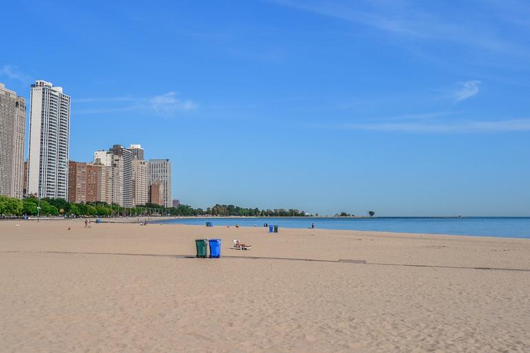 Chicago: Ein Stadtstrand mit Hochhäusern im Hintergrund.