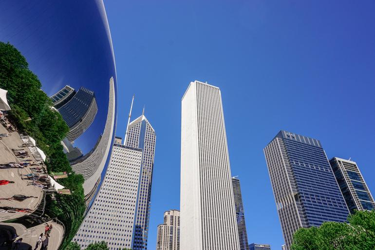 Chicago: Das Cloud Gate von unten mit Blick auf die Hochhäuser.