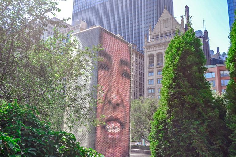 Chicago: Eine Hauswand mit einem Gesicht von einem Jungen darauf.
