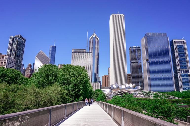 Chicago: Eine Brücke mit der Skyline von Chicago im Hintergrund.