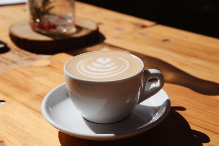 Ein Cappuccino steht auf einem Tisch.