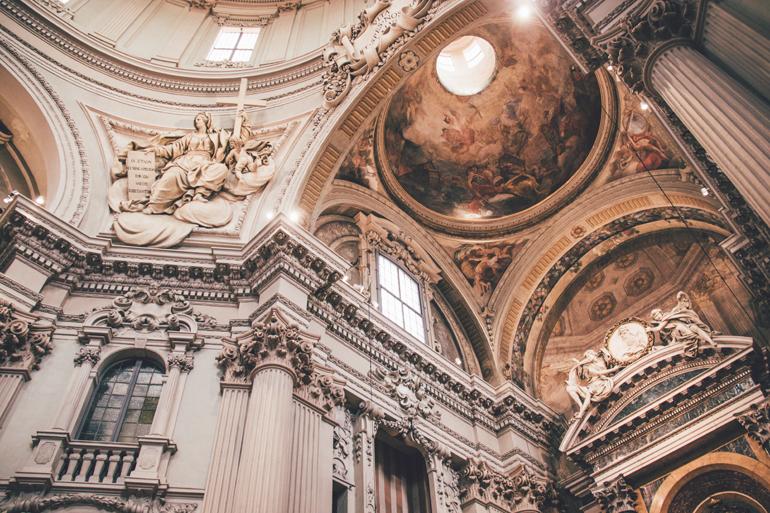 Eine Kirchendecke mit Malereien in Bologna.