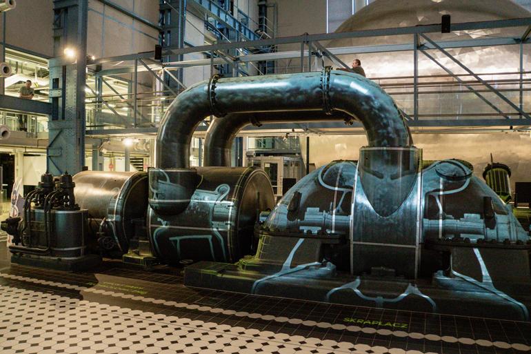 Eine Dampfmaschine in einer großen Halle.