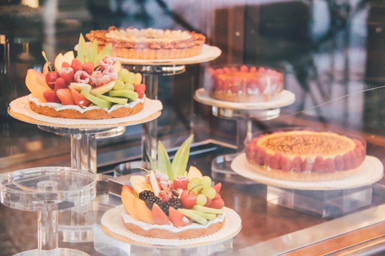 Tipp für leckeres Essen in Bologna: Ein Schaufenster mit Obsttorten.