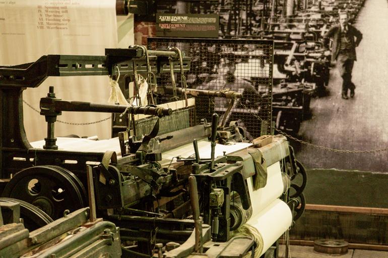 Ein alter Webstuhl in einem Museum.