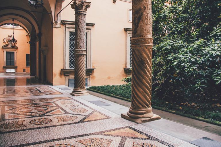 Bologna Essen Tipps: Säulen in einem Garten.