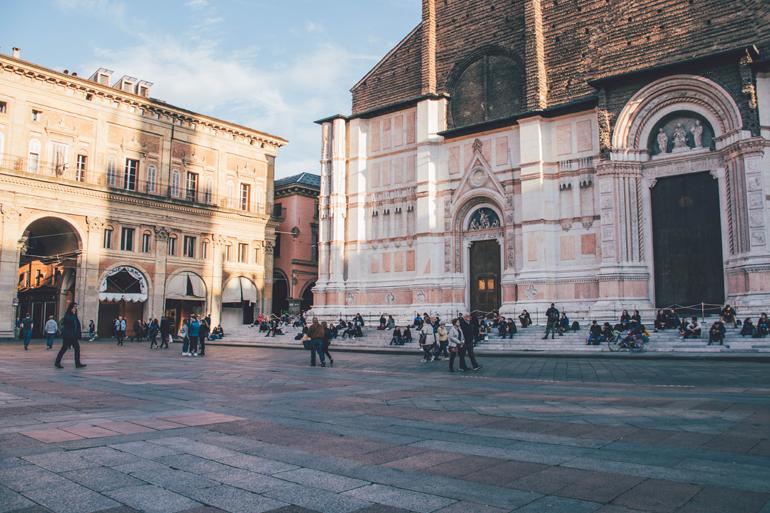 Ein großer Platz mit alten Gebäuden umgeben in Bologna