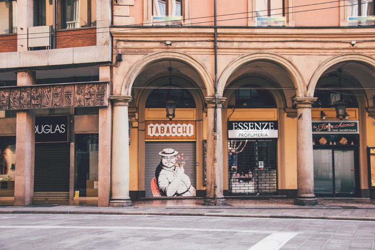 Torbögen mit Geschäften dahinter in Bologna.