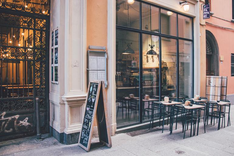 Tipps für gutes Essen in Bologna: Ein Café vor dem eine Angebotstafel steht.