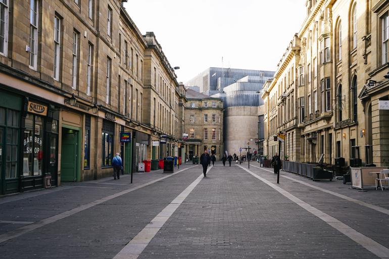 Eine Fußgängerzone mit Geschäften.