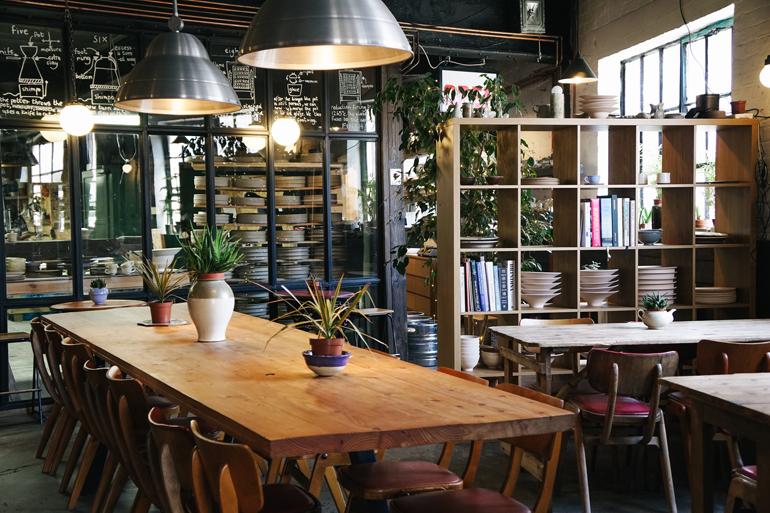 Ein Café mit einem großen Tisch in der Mitte.