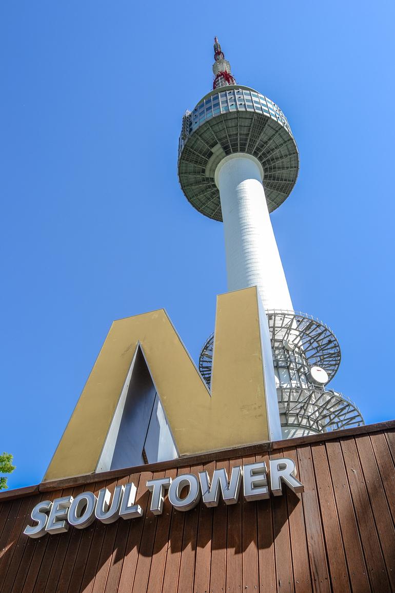 Seoul Sehenswürdigkeiten: Ein Turm mit einem großem N davor.