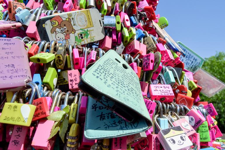 Seoul Sehenswürdigkeiten: Bunte Handyhüllen und Liebesschlösser hängen an einem Geländer.