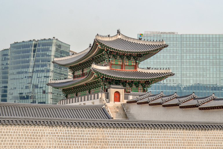 Seoul Sehenswürdigkeiten: Ein traditionelles Gebäude auf einem Platz.
