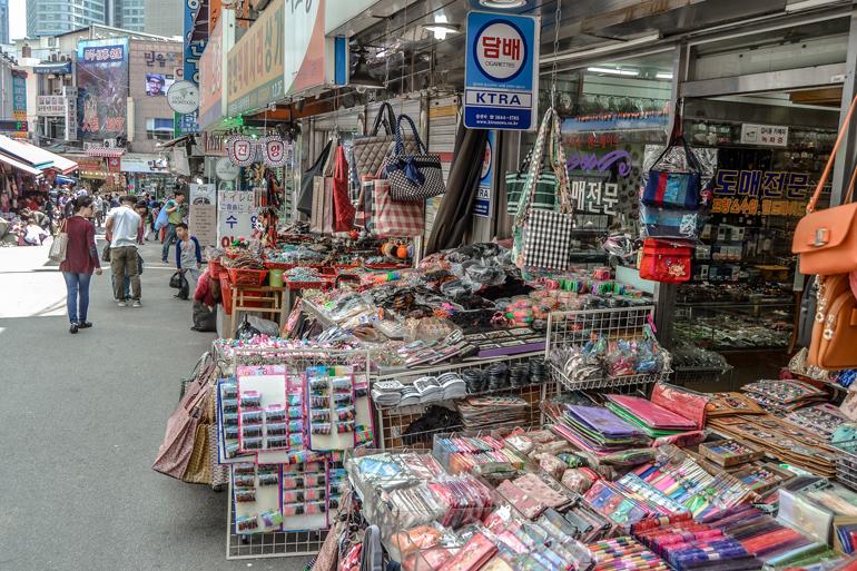 Seoul Sehenswürdigkeiten: Stände mit buntem Allerlei auf einem Markt.