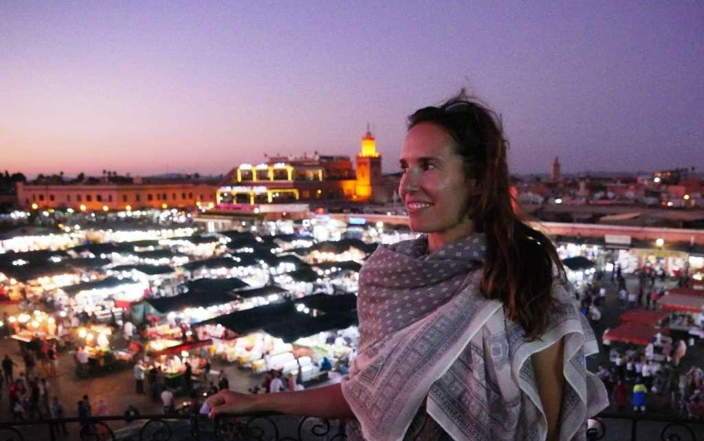 Als Frau allein auf Reisen achtet Reisebloggerin Anja auf angemessene Kleidung, wie dem Sarong in Marokkos Stadt Marrakesch.