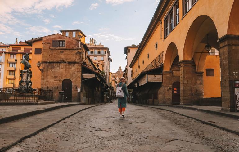 Florenz Geheimtipps: Eine gehende Frau von Hinten in einer Gasse.