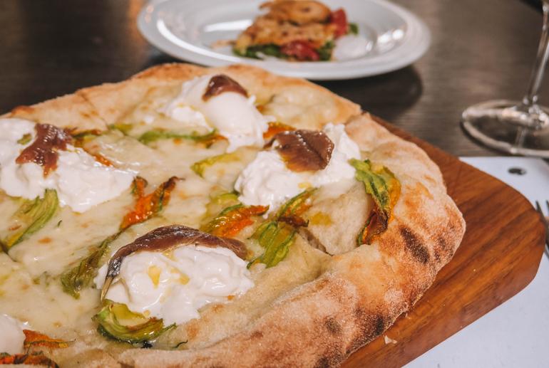 Florenz Geheimtipps: Eine gebackene Pizza auf einem Brett.