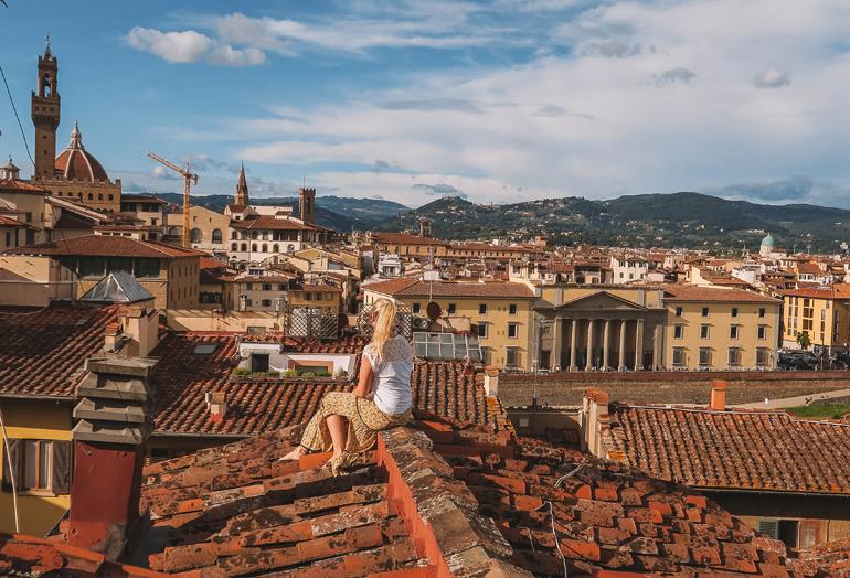 Florenz Geheimtipps: Eine Frau sitzt auf einem Dach.