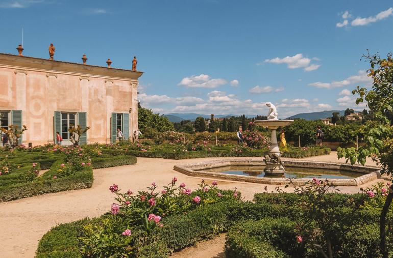 Florenz Geheimtipps: Ein Rosengarten mit einem Brunnen in der Mitte.