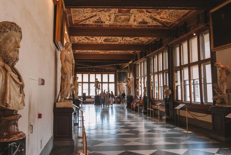 Florenz Geheimtipps: Skulpturen und bemalte Decken in einem länglichen Raum.