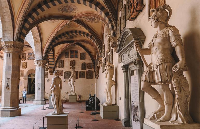 Florenz Geheimtipps: Skulpturen und Bilder in einem offenen Raum.