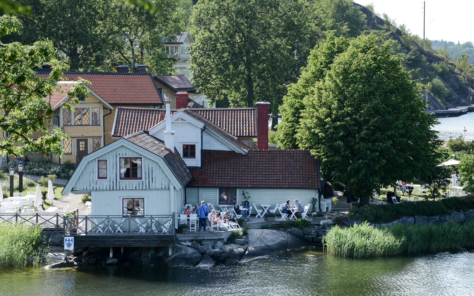 Ein Haus am Wasser in der Stadt Vaxholm, im Schärengarten vor Stockholm.
