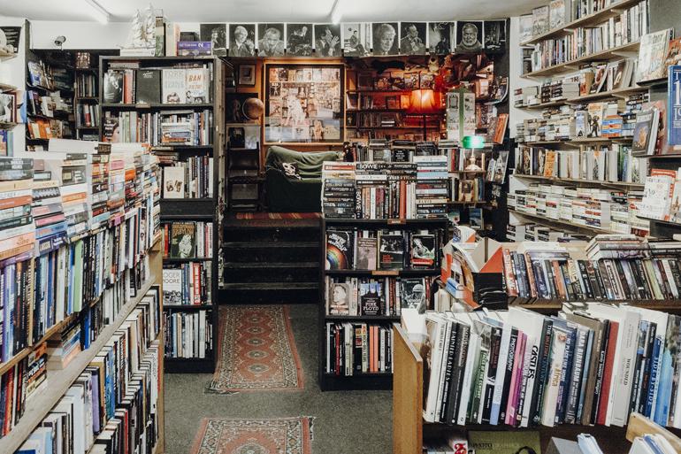 London Geheimtipps, Essen und Sehenswürdigkeiten: Ein Raum mit vielen Bücherregalen.