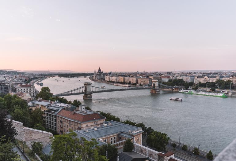 Budapest Städtetrip: Ausblick über die Stadt im Sonnenuntergang.