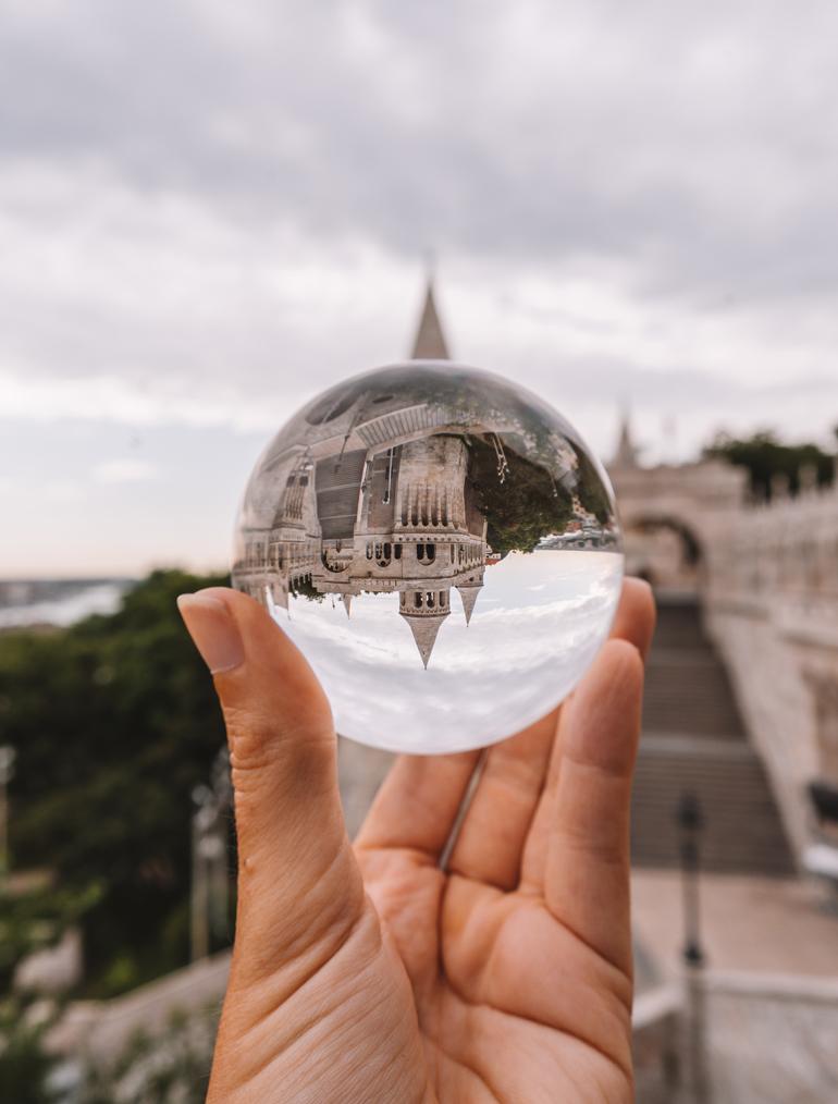 Budapest Städtetrip: Ein Gebäude das man durch eine Glaskugel sieht.