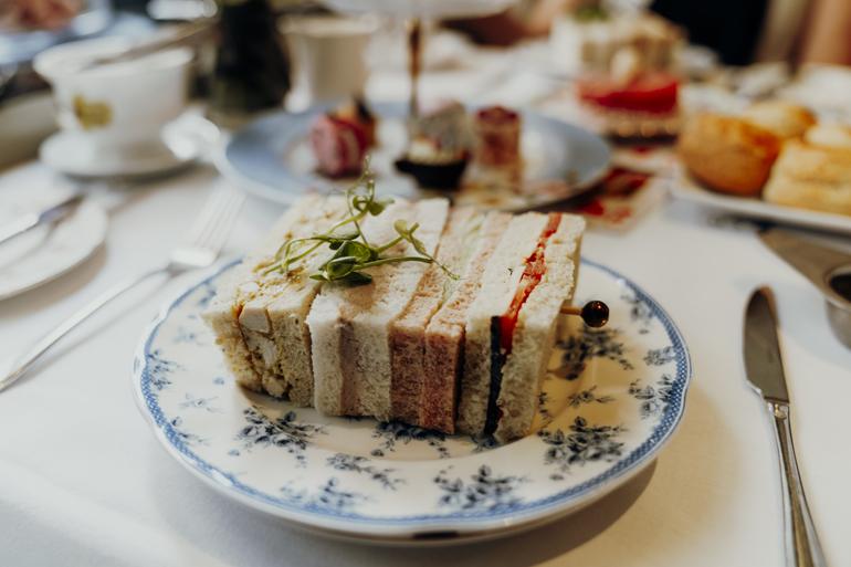 London Geheimtipps, Essen und Sehenswürdigkeiten: Ein Sandwich liegt auf einem kleinen Teller.