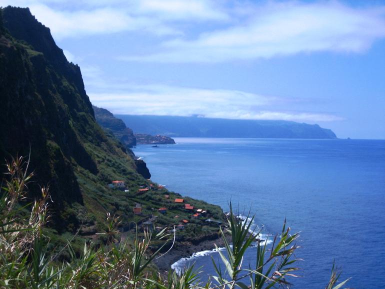 Madeira Tauchen, Surfen: Aussicht von oben auf das Meer und die Küste.