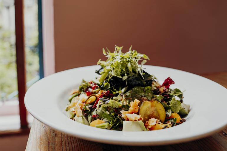 London Geheimtipps, Essen und Sehenswürdigkeiten: Ein Teller mit Salat und Gemüse.