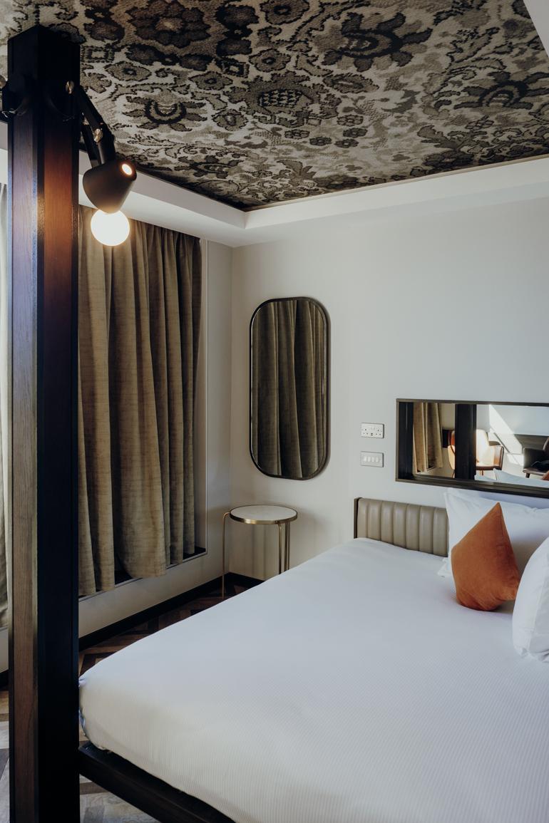 London Geheimtipps, Essen und Sehenswürdigkeiten: Eine Hotelzimmer mit einem Bett am Rand.