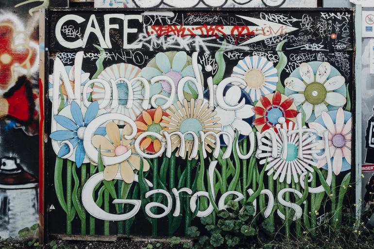 London Geheimtipps, Essen und Sehenswürdigkeiten: Eine Wand mit Blumen Graffitis.