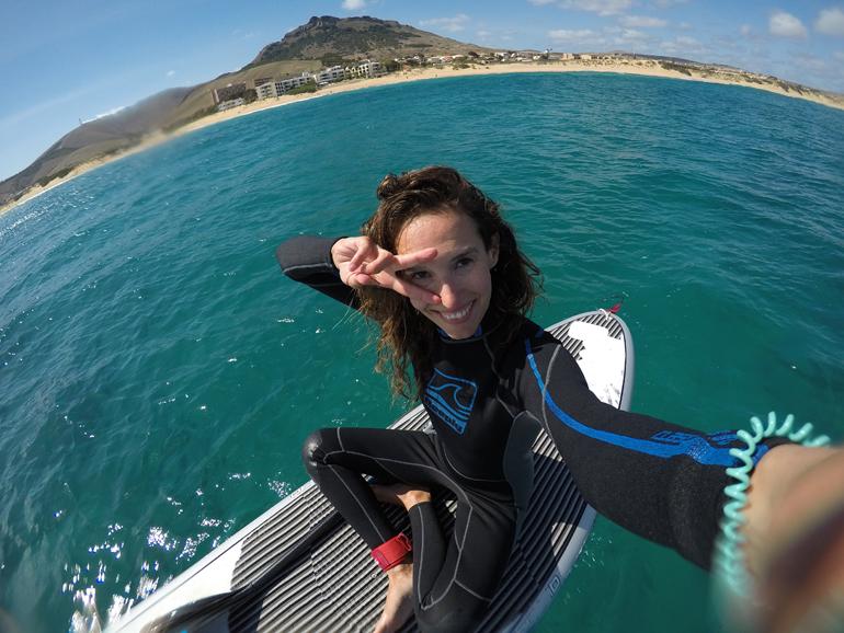 Madeira Tauchen, Surfen: Eine Frau sitz auf einem Stand Up Paddle.