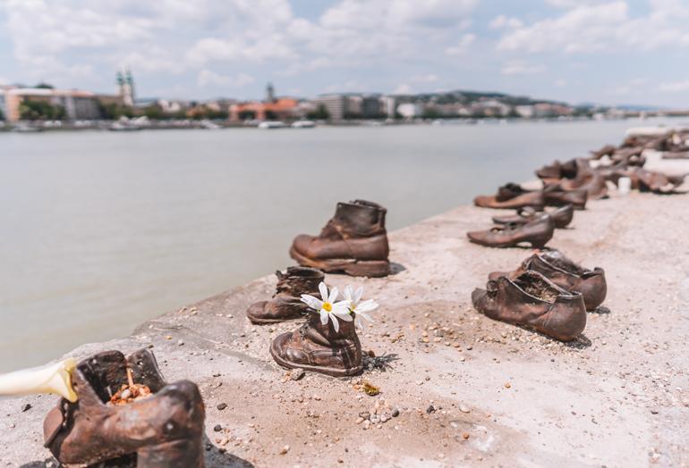 Budapest Städtetrip: Schuhe die an einem Ufer liegen.