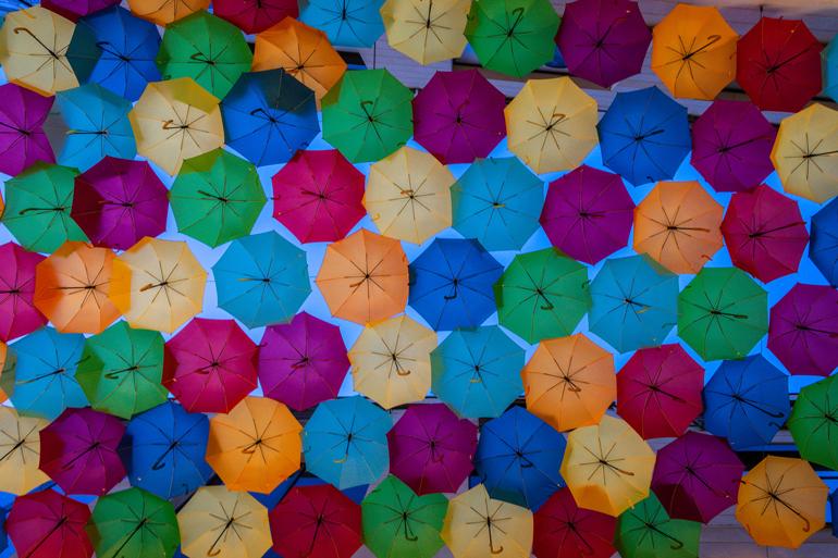 Städtetrip: Viele bunten Regenschirmen an der Decke.