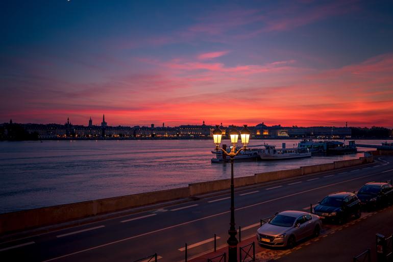 Städtetrip: Ein Sonnenuntergang mit Blick auf die Stadt.