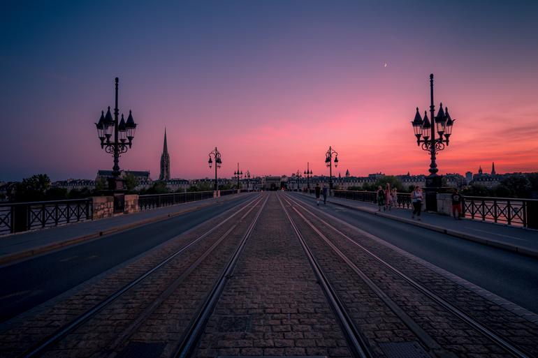 Städtetrip: Ein Sonnenuntergang mit Blick auf eine Straße.