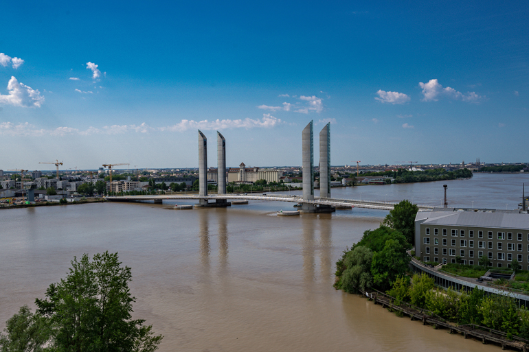 Städtetrip: Eine Brücke die im Wasser steht.