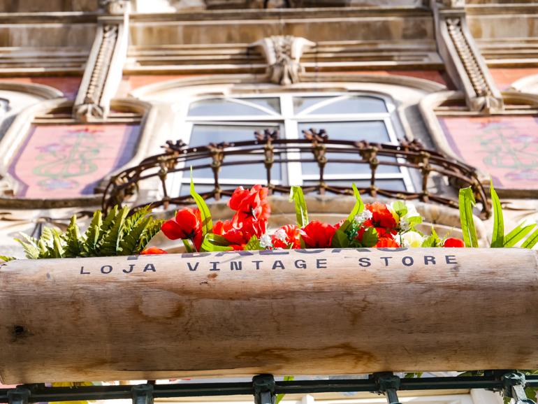 Mit roten Blumen bepflanzter Balkon in Aveior, Portugal.