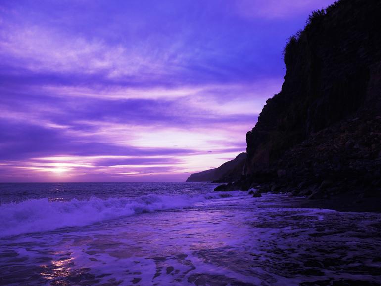 Madeira Surfen: Ein Strand während einem Sonnenuntergang.