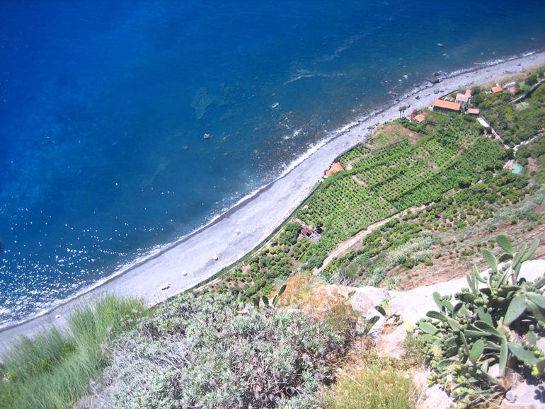Madeira - die Insel von oben mit Blick auf Land, Meer und Bucht